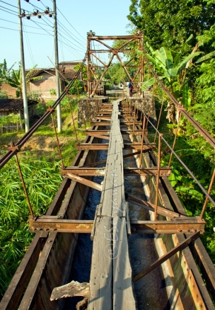 In fact, this bridge is an irrigation channel. People have been using this channel for years as a shortcut to the neighbouring village
