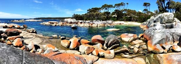 Batu-batuan berwarna jingga kemerahan menjadi ciri khas dari Binalong Bay yang terletak pantai timur Tasmania. Foto: Edy Setyawan